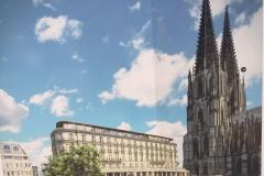 """So soll das """"neue"""" Dom-Hotel aussehen, Quelle: ingenhoven architects (als Illustration auf den Absperrungen rund um  die Baustelle, Bild: Uli Kievernagel)"""