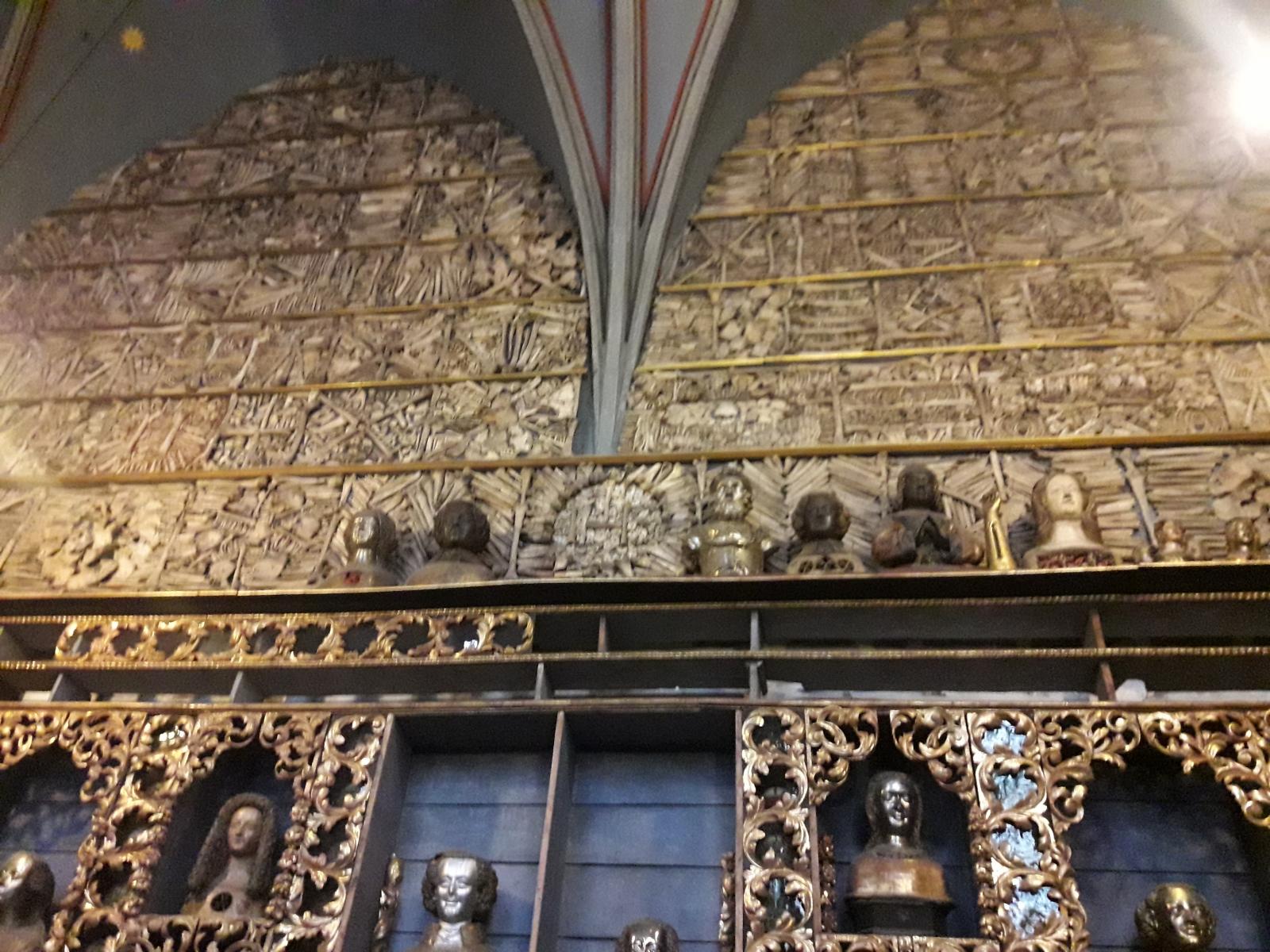 Mosaike aus menschlichen Knochen in der Goldenen Kammer, St. Ursula, Bild: Christian Beckers