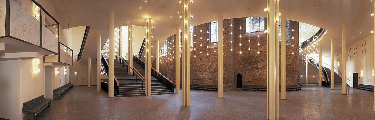 Das Foyer des Gürzenichs, im Hintergrund die Mauer von Alt St. Alban, Bild: KölnKongress GmbH